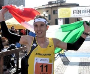 Ruggero Pertile sul traguardo dell'edizione 2013 dell'Unesco Cities Marathon