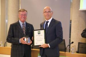 Dario Valoppi di Friulovest Banca, a destra, riceve il premio da Giancarlo Nicola, membro del Comitato Scientifico di Green Globe Banking