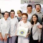"""La squadra vincente con la dirigente Lucia Chiavegato, gli insegnanti Rita Battisti e Luca Grosso e due delle """"Stelle Michelin"""" della giuria"""