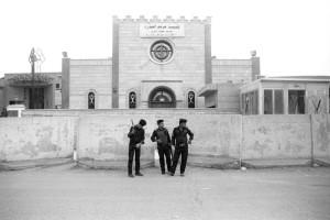 Iraq, Baghdad, novembre 2012. La chiesa di Santa Maria su Phalestine Street è presidiata da un posto di blocco permanente dopo che nel 2010 un attentato ha provocato la morte di 2 persone. All'interno padre Salomone ha fatto arrivare dall'Italia una statua di padre Pio.
