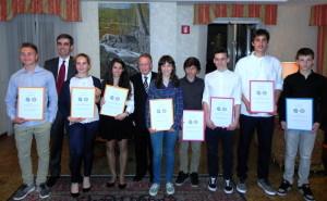 Nella foto: alcuni dei giovani premiati assieme ai Presidenti del Panathlon Club Trieste Sauro Bacherotti e del Rotary Club Muggia Massimo Pasino