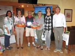 Da sinistra i vincitori della categoria Netto Classe A, Eleonora Moro e il Clubmanager Reinhard Schwarz al Golf Club Leopoldsdorf.