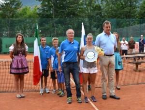 Da sinistra, Giuseppe Montanaro, presidente del Tennis Club Tarvisio, la vincitrice Pia Cuk e il sindaco di Tarvisio, Renato Carlantoni