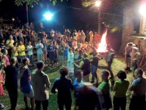 A Tamar danze accanto al fuoco