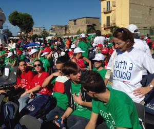 """In prima fila, con le magliette bianca, verdi e rosse, la delegazione dell'Isis """"Jacopo di Linussio"""", a Ponticelli di Napoli"""