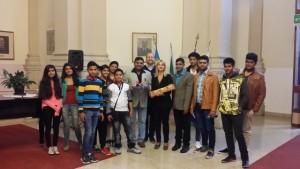 Il Rettore-Dirigente Scolastico dott.ssa Patrizia Pavatti saluta gli ospiti e riceve nel contempo l'invito a recarsi in visita in India.