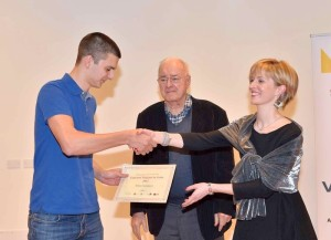 Stefano Giacomuzzi ritira il premio dalle mani di Raffaella Canciani e Dante Spinotti