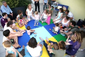 Nella foto di Peter Deschmann, Antonella Costantini durante le attività con bambini e famigliari
