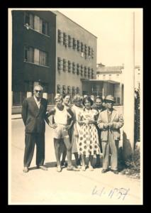 Esuli istriani davanti al Centro Smistamento Profughi di Udine nel 1957