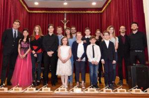 I premiati col direttore artistico e la presidente di Farandola. Foto Angelo Simonella.