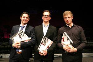 I tre finalisti con al centro il vincitore