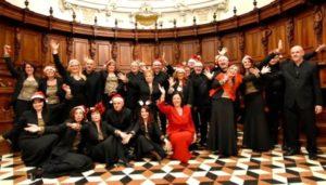 Il coro in versione natalizia (Foto Simonella)